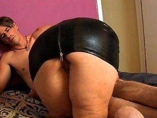 Amateur,HD,Mature,Brunette Brunette Tia sucks dick on the bed...