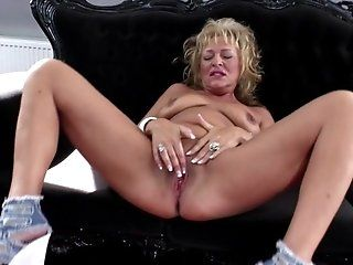 Amateur;Mature;MILF;HD Hot amateur mom...